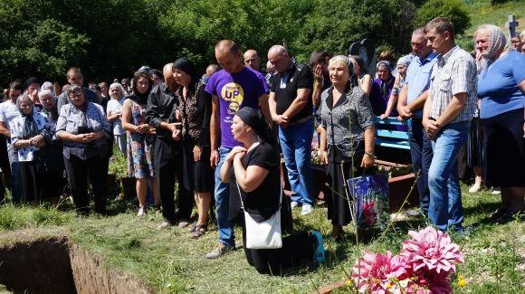Ничего святого… Мама убитой тернопольской выпускницы разгневала своими выходками на пляже, вы будете шокированы