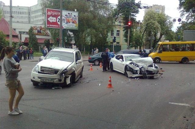 КАКОЙ КОШМАР! Жуткая ДТП посреди Киева с участием нескольких автомобилей. Среди пострадавших ДЕТИ!