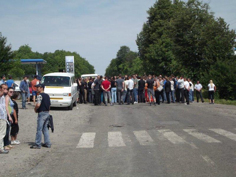 Лопнуло терпение! На Прикарпатье жители перекрыли дорогу. причины шокируют