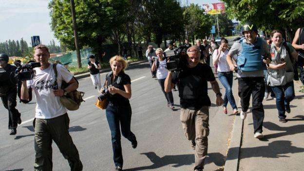 «Если Вы нас уважаете, задайте вопрос на русском?» В Украине разгорелся новый языковой скандал