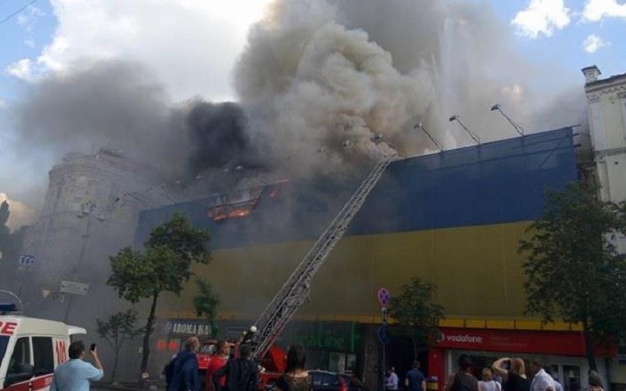 Все пылает и слышны взрывы: в центре Киева страшный крупный пожар
