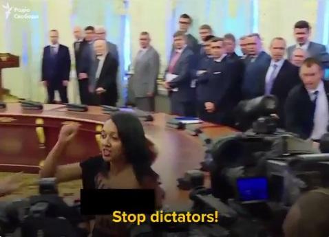 1500641175-6341-aktivistka-pokazala-grud-poroshenko-i-lukashenko
