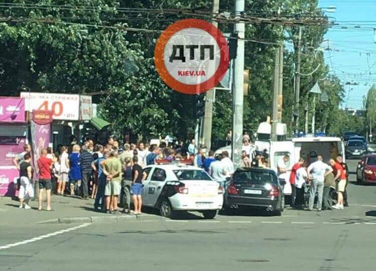 СРОЧНО!!! В Киеве автомобиль влетел в толпу людей, пострадавших не могут посчитать
