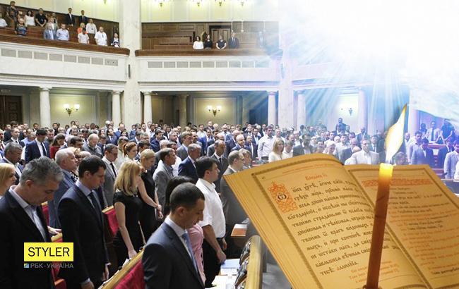Еще под звуки «Харе, Кришна»: дипломат «потролил» новый законопроект «Отче наш» перед каждым заседанием
