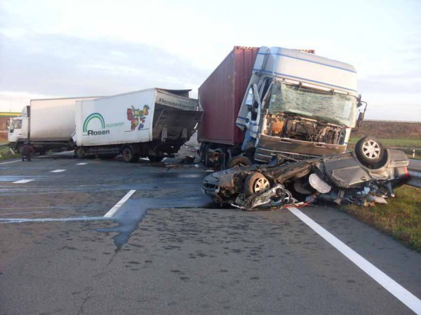 Ужасное ДТП: грузовик просто раздавил иномарку. детали пртиголомшують