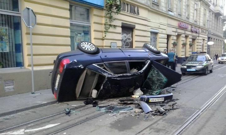 В центре Львова произошло ужасное ДТП, автомобиль просто раздавило