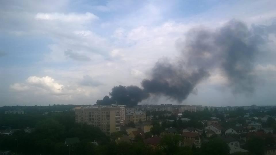 СРОЧНО! Крупный пожар во Львове. Черный дым заполонил полгорода (ВИДЕО)