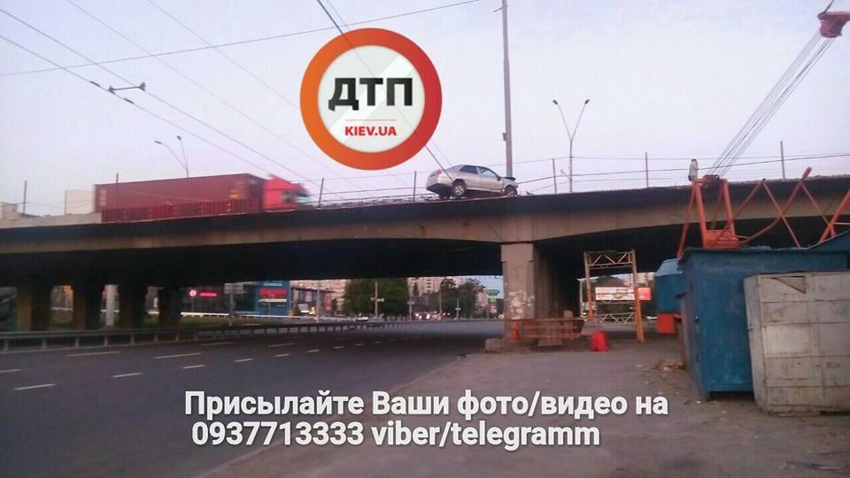 «Как он там оказался?»: В Киеве произошла «мистическая» ДТП. Такого вы еще не видели!