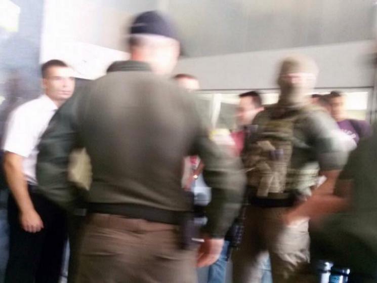 Что же там происходит? В Днепре офис «Приватбанка» заняли вооруженные люди в балаклавах