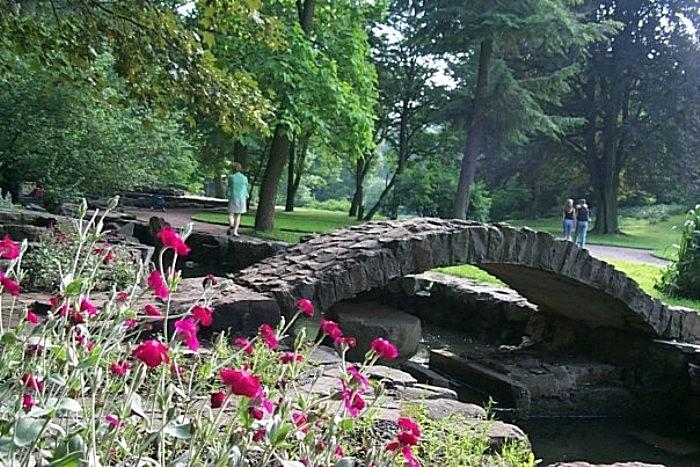 Опасность рядом!!! Во Львове в парке средь бела дня на супругов напал преступник и жестоко порезал мужчину