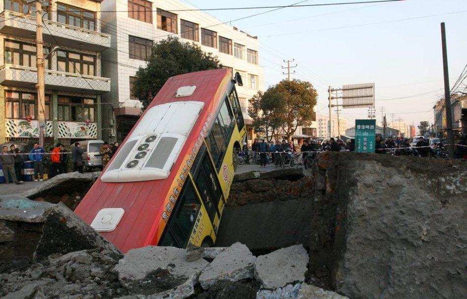 ПРОСТО УЖАС! Огромная пропасть просто проглотила пассажирский автобус. Эти кадры шокируют!
