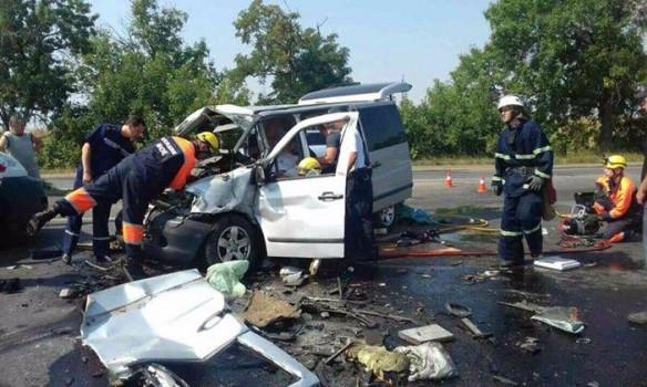 Тела разбросало по всей дороге! В Николаеве произошло столкновение микроавтобуса и грузовика. Среди погибших маленький ребенок