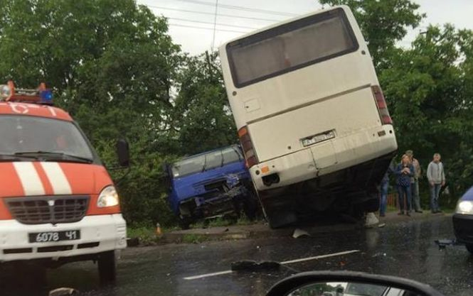 На Львовщине произошло жуткое смертельное ДТП: бензовоз врезался в автобус, среди пострадавших дети