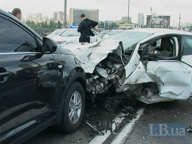Там было что-то страшное: Масштабное ДТП в Киеве на мосту. Столкнулись 6 автомобилей. Есть пострадавшие