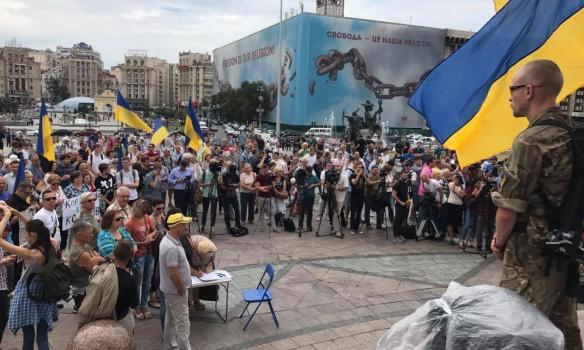 Что там происходит? На Майдане Независимости сотни людей. Они требуют…