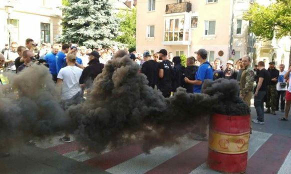 Народный гнев В горсовете выломали двери и подожгли, требуют сложении депутатских мандатов. Причина доводит до отчаяния