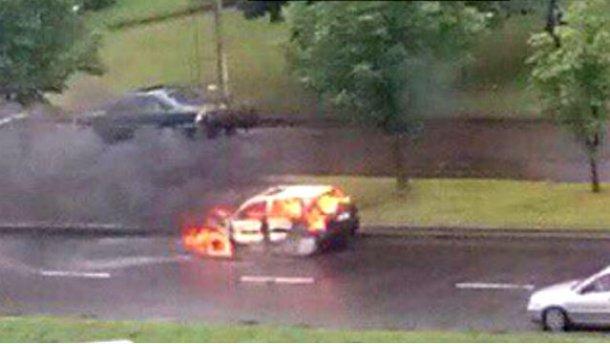 СРОЧНО! Во Львове среди бела дня раздался взрыв! Пылает автомобиль! Там сейчас настоящий ад (ФОТО)