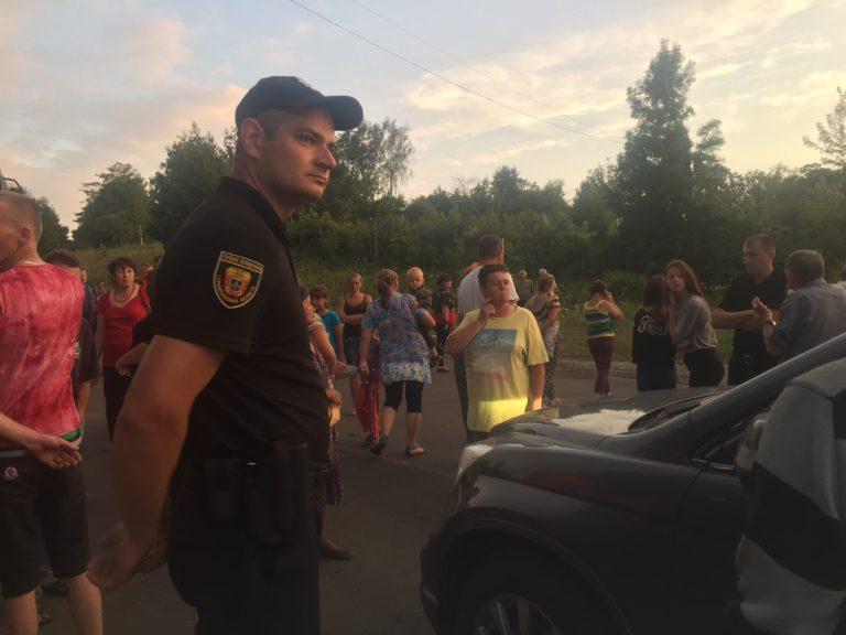 Возмущенные делом тернопольской выпускницы люди перекрыли дорогу. Там такое происходит! Чем все закончится?