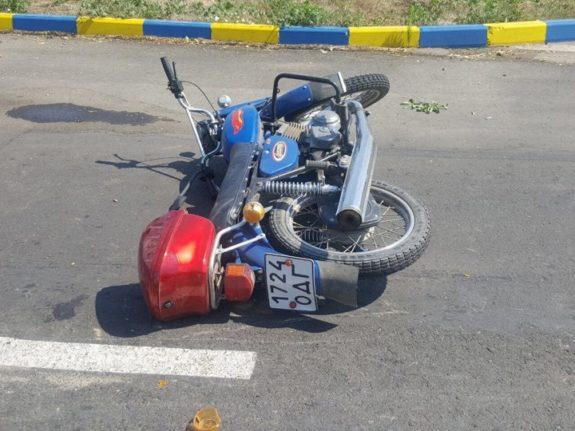 Мотоциклист на полной скорости влетел под колеса автобуса. Подробности шокируют