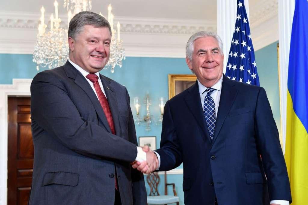 В Сети обсуждают как Порошенко встретил госсекретаря США Тиллерсона под АП. Только посмотрите (ВИДЕО)