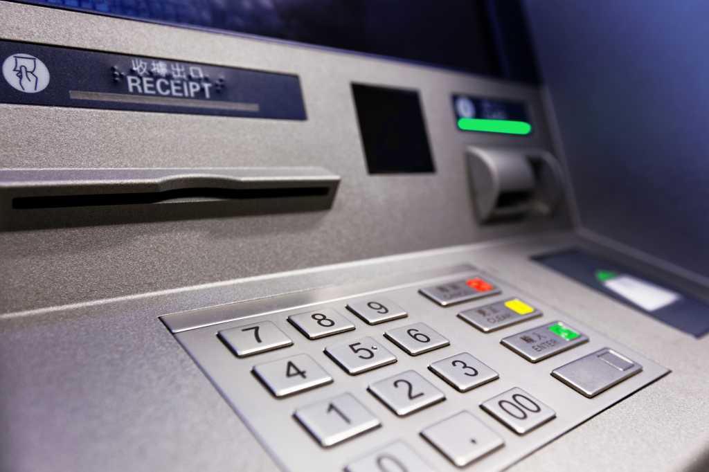 Не подчинился!: Молодой парень попытался обчистить банкомат и попал в правоохранительные органы