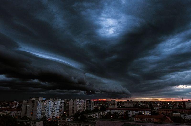 В Сети показали, как бушевала «буря века» в Москве. Не для слабых (ВИДЕО)