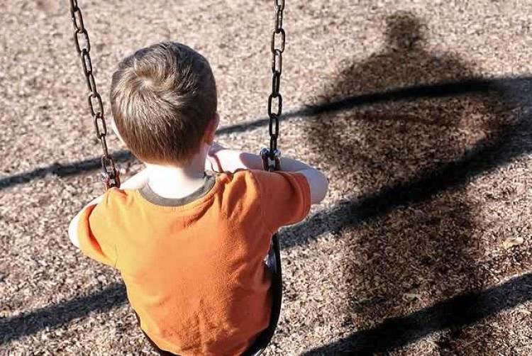 «Смертельные качельки»: То что случилось с ребенком на детской площадке, доводит до слез