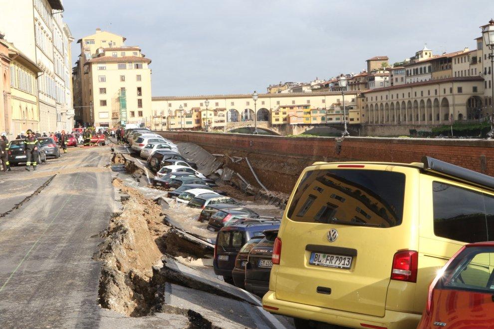 СРОЧНО!!! В Киеве автомобили провалились под землю, причина вас точно ошеломит