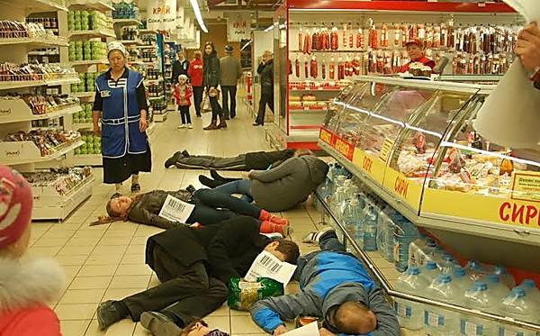 Избили и плюнули ей в лицо! В Одессе разгорелся скандал в известном супермаркете (ВИДЕО)