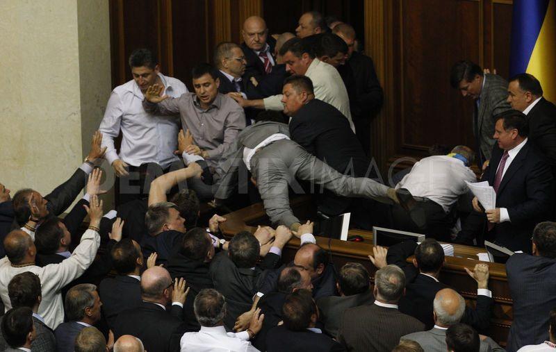 Бой года: в совете жестоко подрались депутаты от Радикальной Партии и БПП, один госпитализирован (ФОТО)