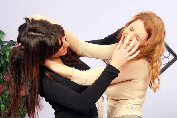 «Детская жестокость не имеет границ»: В Сети появилось видео жуткой драки между девушками. Такого вы еще не видели (Видео 18+)