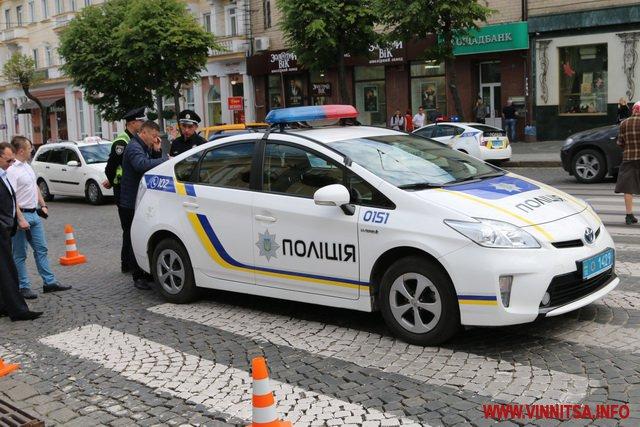 Не умеешь ездить — не садись за руль: в Одессе патрульные сбили девушку прямо на переходе