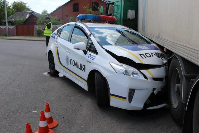 Раздробило!!! В Киеве грузовик врезался в служебный Prius, есть пострадавшие