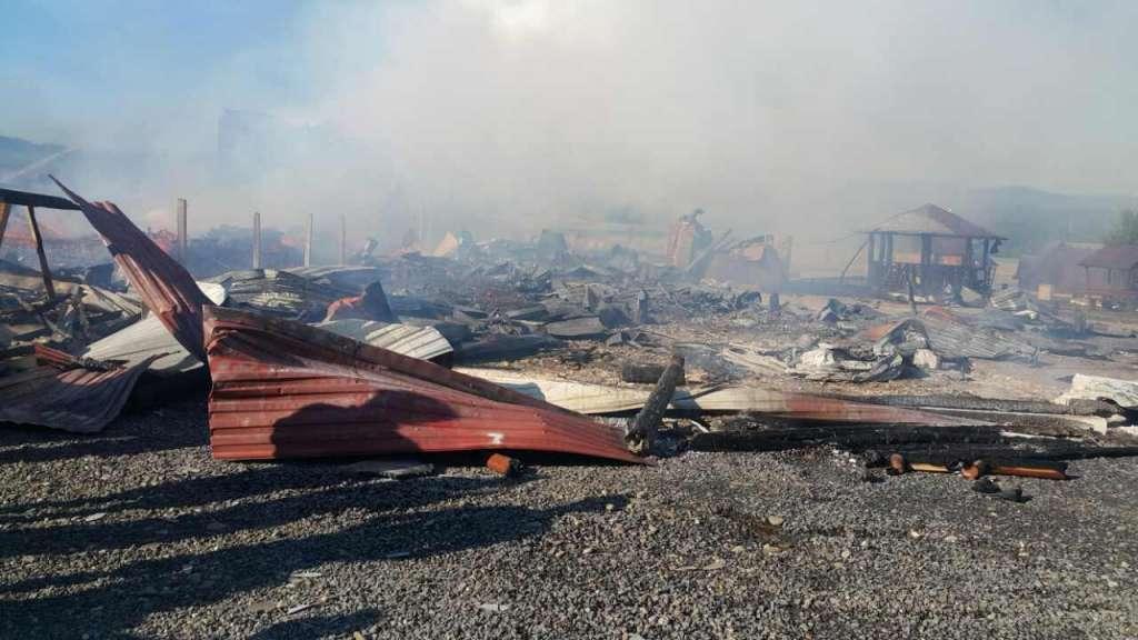 Там остался только пепел: На Закарпатье загорелся турбазы, туристов эвакуированы (ФОТО)