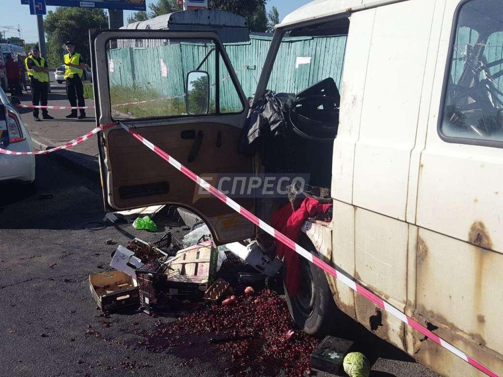 Страшно даже смотреть: В Киеве микроавтобус врезался в металлическую опору! Есть погибшие! (ФОТО)
