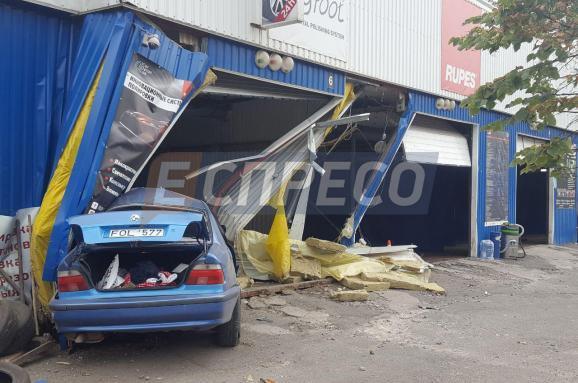 «Смерть наступила мгновенно» Пьяный водитель BMW на большой скорости влетел в автомойку и убил человека
