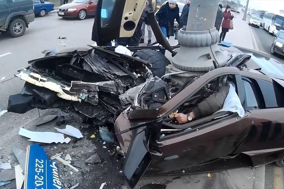 Обломки авто разлетелись на сотни метров: Страшное смертельное ДТП в Киеве. Машина на полной скорости влетела в столб