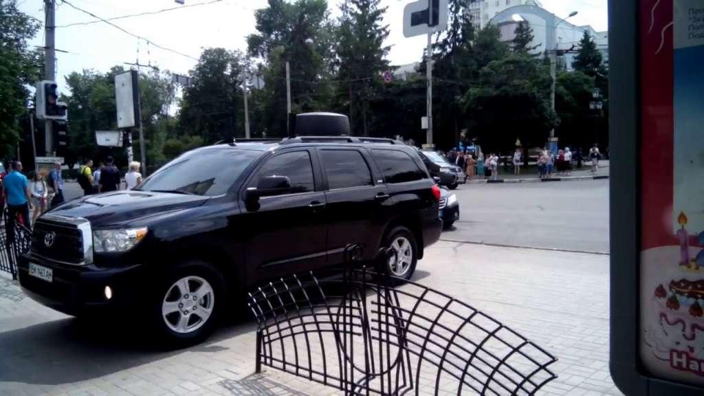 Учился у Януковича? Кортеж Порошенко на бешеной скорости разгонял людей на пешеходной улице, даже скорую не пропустил. Возмущению людей нет предела! (ВИДЕО)