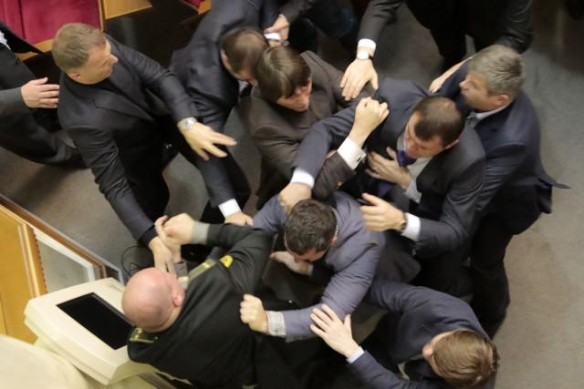 Там ТАКОЕ творится!!! В Верховной Раде группа депутатов заблокировали трибуну, причина вас точно ошеломит