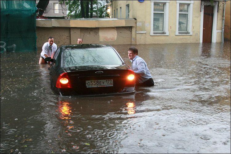 Вот так затопило! От последствий непогоды Москва оправится не скоро! Подтопило даже Думу (ВИДЕО)