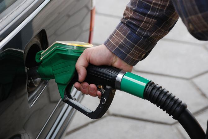 «Пока на святой воде ездить ..» Эксперты рассказали, каких цен ждать на бензин в августе. Не упадет!