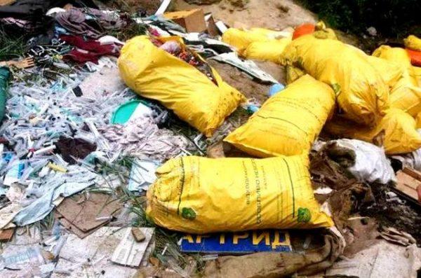 Шприцы, скальпели, море крови: жуткое медицинское свалку под Киевом шокировало людей