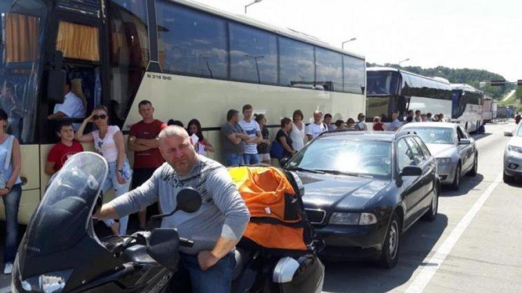 Километровые очереди! Украинцы массово штурмуют границы. Поляки готовятся к худшему (ФОТО)