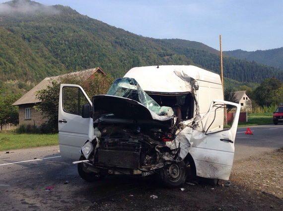 Страшное ДТП: На Львовщине «Камаз» столкнулся с микроавтобусом, пострадали 5 иностранцев, среди которых трое детей