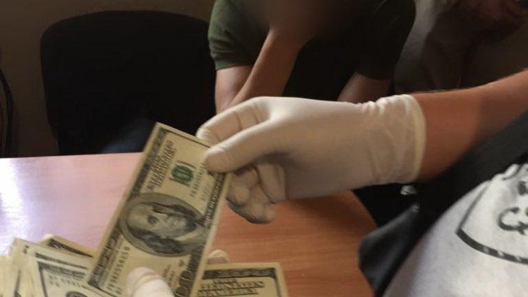 Взял деньги, чтобы скрыть насильника… Подробности инцидента доводят до истерики