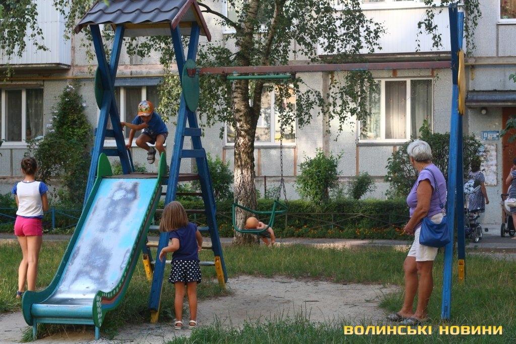 «Головой о автомобиль»: В Тернополе женщина жестоко избила ребенка на детской площадке за то, что …
