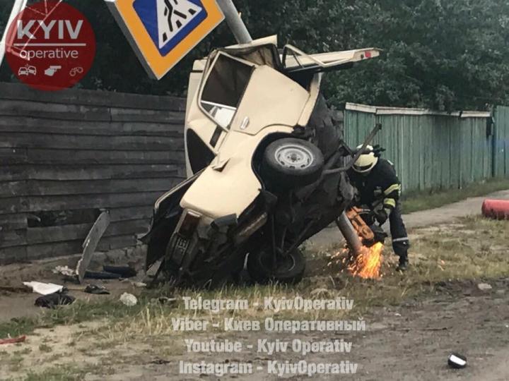 «Его просто нанизала на столб»: Смертельное ДТП под Киевом, от этих фото кровь стынет в жилах