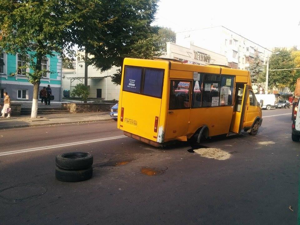 Спишут все на жару? Переполненная маршрутка в Одессе развалилась на ходу… (ФОТО)