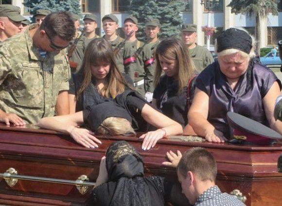 «На коленях стояла вся площадь…» Украина прощалась с известным, погибшим в АТО полковником