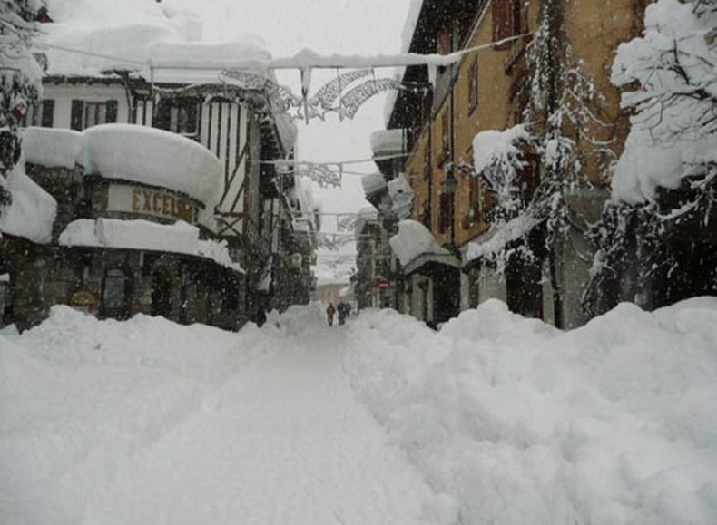 «Падал летний снег…» Один из самых известных курортов засыпало снегом по колено! Вы должны это увидеть